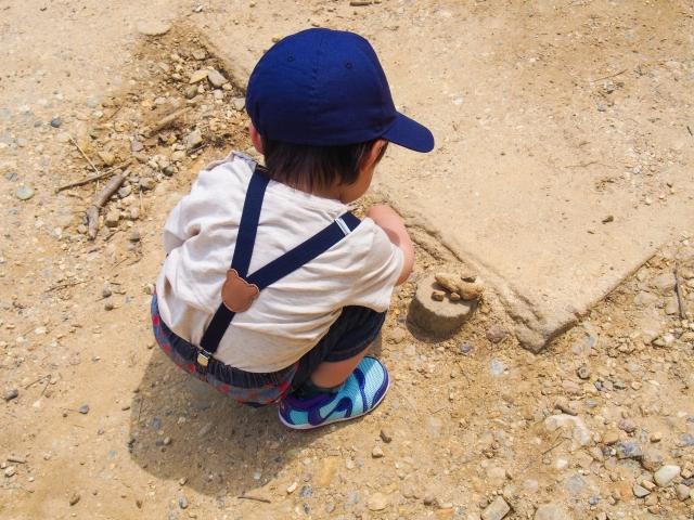土遊びをしている男の子供