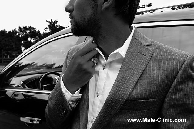 包茎手術・包茎治療-スーツ姿の男性